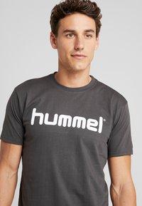 Hummel - GO LOGO - T-shirts med print - asphalt - 4