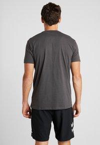 Hummel - GO LOGO - T-shirts med print - asphalt - 2