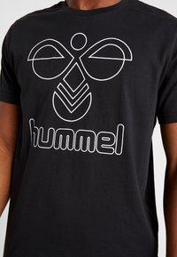 Hummel - HMLPETER - Triko spotiskem - black - 5