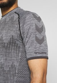 Hummel - SEAMLESS  - Print T-shirt - quarry - 4