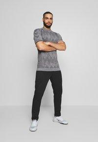 Hummel - SEAMLESS  - Print T-shirt - quarry - 1