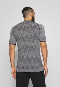 Hummel - SEAMLESS  - Print T-shirt - quarry - 2