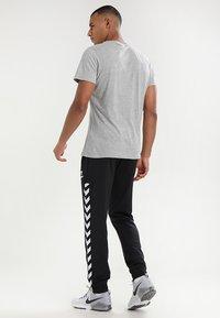 Hummel - HMLNATHAN - Pantalones deportivos - caviar - 2