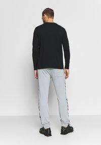 Hummel - HMLNATHAN PANTS - Pantalones deportivos - quarry - 2