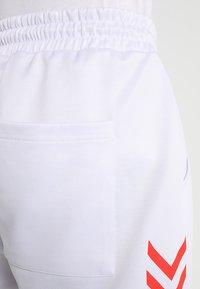 Hummel Hive - ALFRED PANTS - Teplákové kalhoty - white - 4