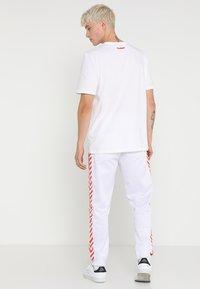 Hummel Hive - ALFRED PANTS - Teplákové kalhoty - white - 2