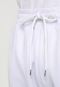 Hummel Hive - ALFRED PANTS - Teplákové kalhoty - white - 3