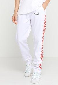 Hummel Hive - ALFRED PANTS - Teplákové kalhoty - white - 0