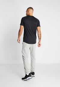 Hummel - HMLISAM REGULAR PANTS - Pantaloni sportivi - grey melange - 2