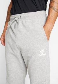 Hummel - HMLISAM REGULAR PANTS - Pantaloni sportivi - grey melange - 5