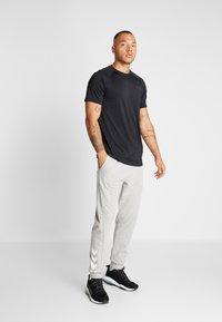 Hummel - HMLISAM REGULAR PANTS - Pantaloni sportivi - grey melange - 1