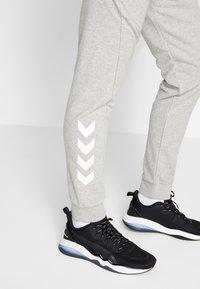 Hummel - HMLISAM REGULAR PANTS - Pantaloni sportivi - grey melange - 3