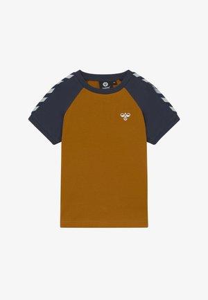 SVEND - T-shirt imprimé - ochre
