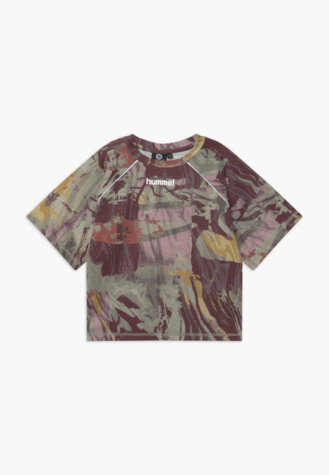 PLENA  - Camiseta estampada - vetiver