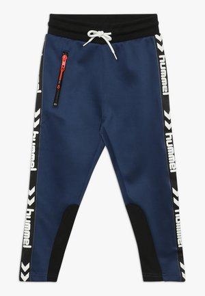 LOKE PANTS - Pantalones deportivos - black/blue