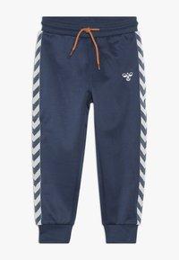 Hummel - WES PANTS - Pantalones deportivos - dark denim - 0