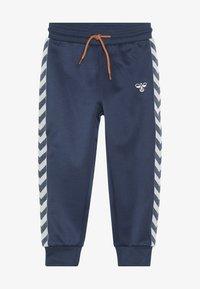 Hummel - WES PANTS - Pantalones deportivos - dark denim - 2