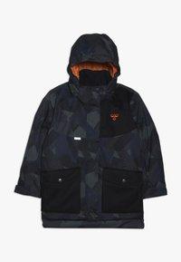 Hummel - HMLTRAVIS SKIJACKET - Chaqueta de snowboard - dark navy/olive night - 0