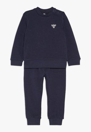 HMLSANTO CREW SUIT - Sweatshirt - black iris