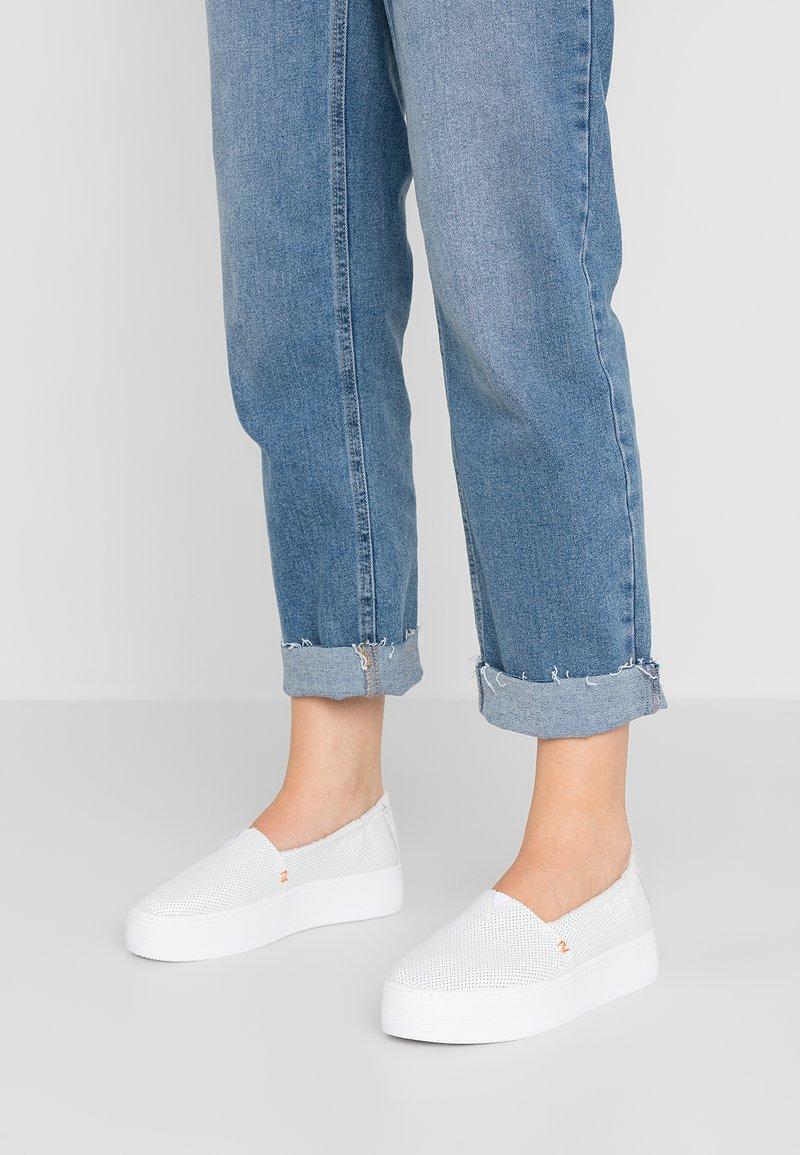 HUB - FUJI - Nazouvací boty - white