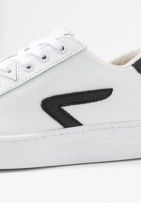 HUB - HOOK - Trainers - white/black - 2