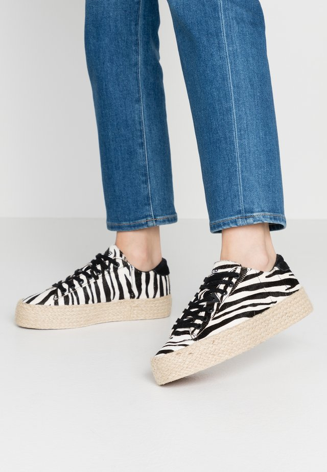 HOOK  - Espadrilky - black/white