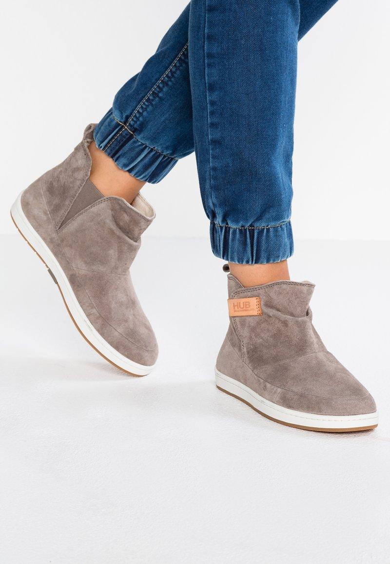 HUB - SERVE - Ankle boots - dark taupe/offwhite/dark gum