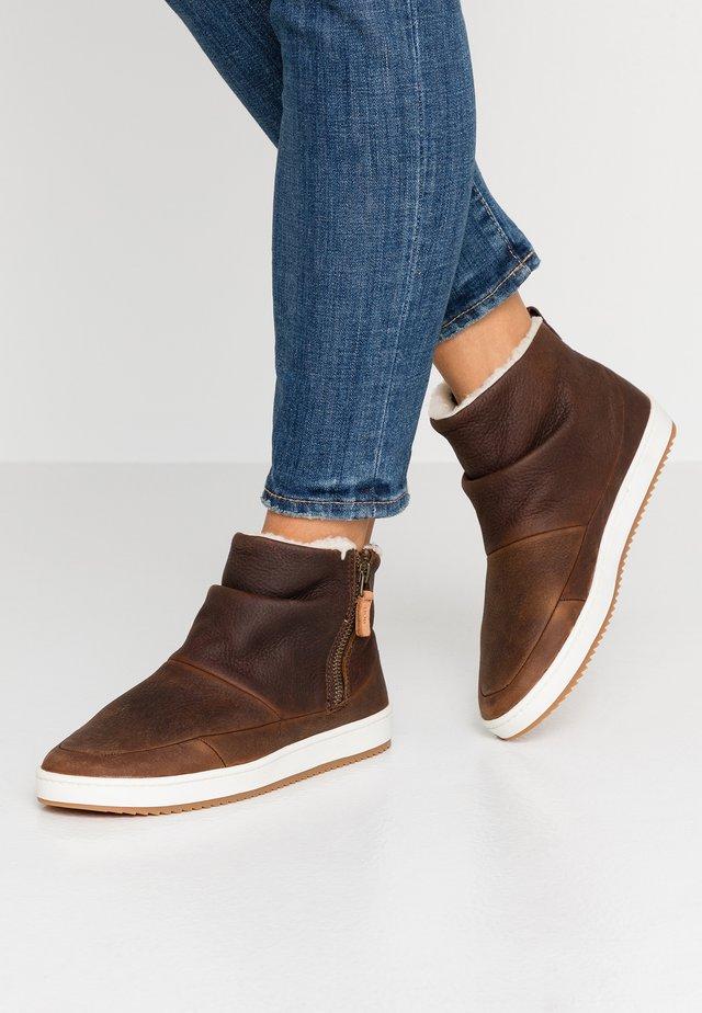 RIDGE - Korte laarzen - dark brown/offwhite
