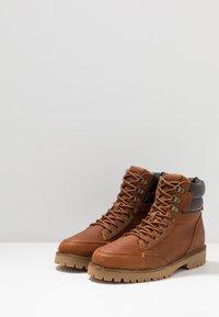 HUB - BELFAST - Lace-up ankle boots - cognac - 2