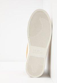 HUB - EASTBOURNE - Sneakersy wysokie - honey brown/offwhite - 4