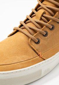 HUB - EASTBOURNE - Sneakersy wysokie - honey brown/offwhite - 5