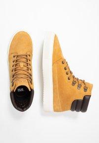 HUB - EASTBOURNE - Sneakersy wysokie - honey brown/offwhite - 1