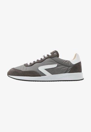LINE - Sneakersy niskie - grey/white/black