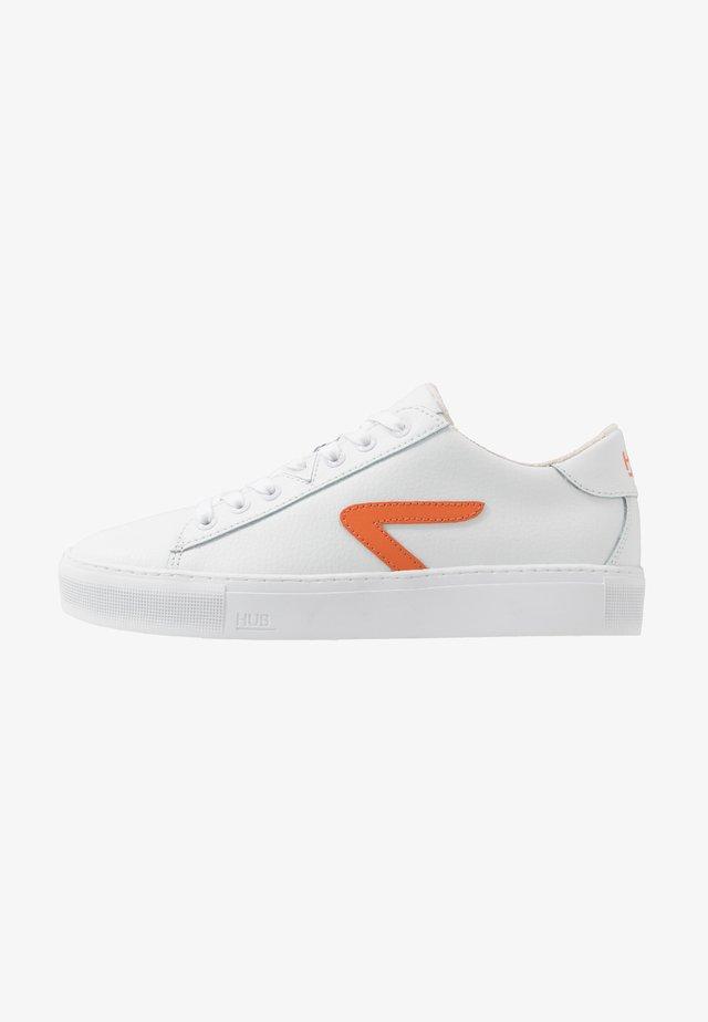 HOOK  - Matalavartiset tennarit - white/orange