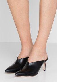 HUGO - MAYFAIR SABOT - Pantofle na podpatku - black - 0
