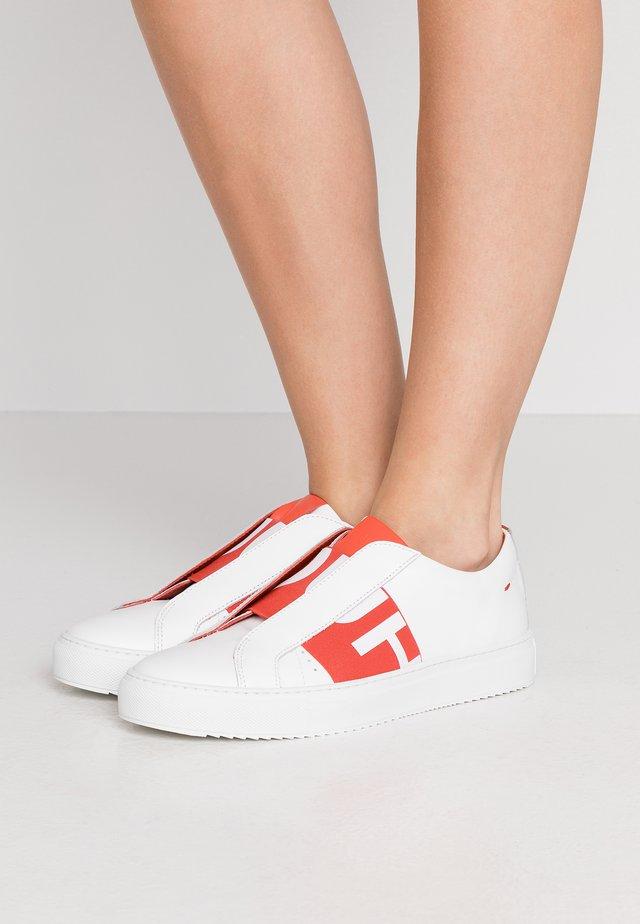 FUTURISM CUT - Slip-ons - white/red