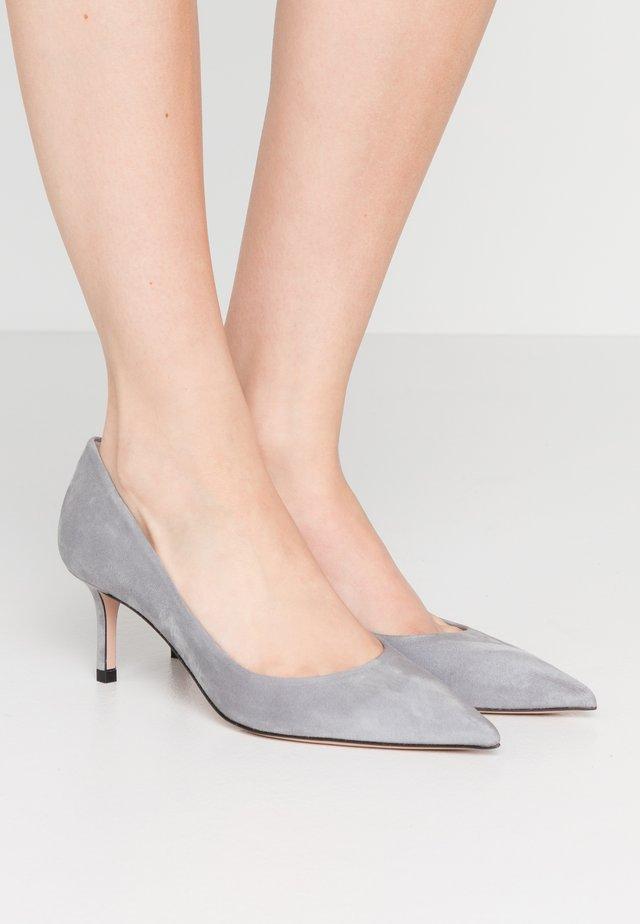 INES - Klassiske pumps - open grey