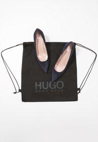 HUGO - INES - Klasické lodičky - navy - 7