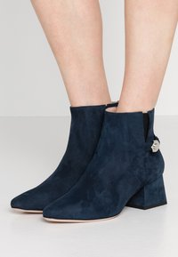 HUGO - UPTOWN BOOTIE - Korte laarzen - night blue - 0