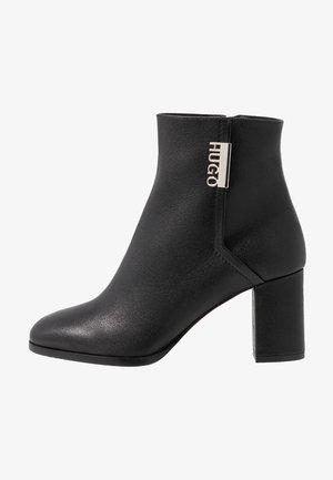 VICTORIA BOOTIE - Korte laarzen - black