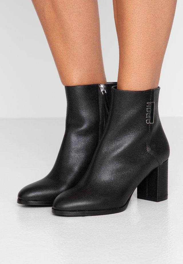 VICTORIA BOOTIE - Botines - black