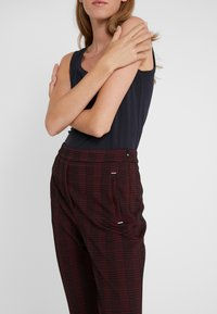 HUGO - HANETTE - Spodnie materiałowe - open red - 3