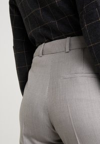 HUGO - Spodnie materiałowe - beige - 4