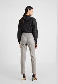 HUGO - Spodnie materiałowe - beige - 2