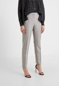 HUGO - Spodnie materiałowe - beige - 0