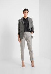HUGO - Spodnie materiałowe - beige - 1