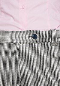 HUGO - HASARI - Pantaloni - white/black - 4