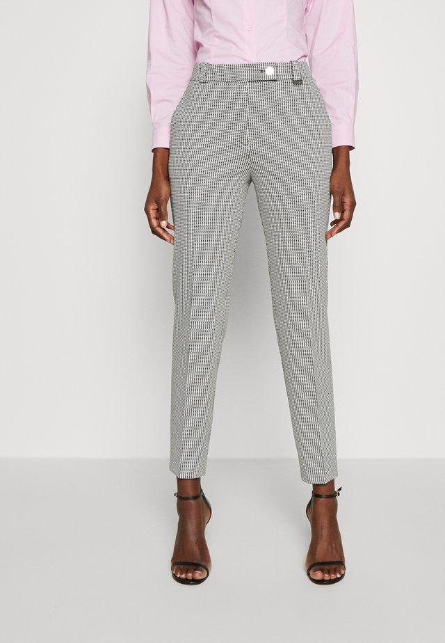 HASARI - Pantalones - white/black