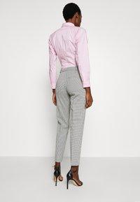 HUGO - HASARI - Pantaloni - white/black - 2