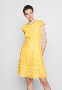 HUGO - KIRALIS - Juhlamekko - light pastel yellow - 0